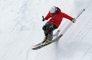Мужчина занимается спортом на горных лыжах
