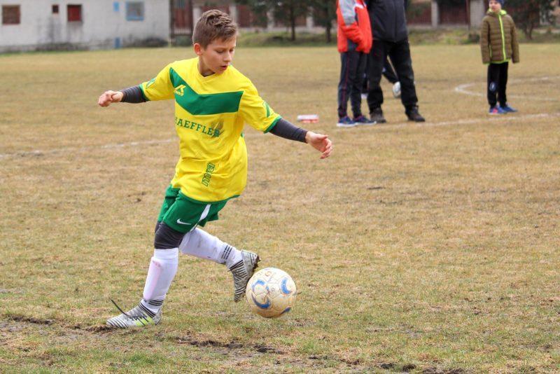 Подросток играет в футбол