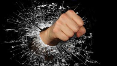 Стрессоустойчивость — как стать стрессоустойчивым - рука разбивает стекло